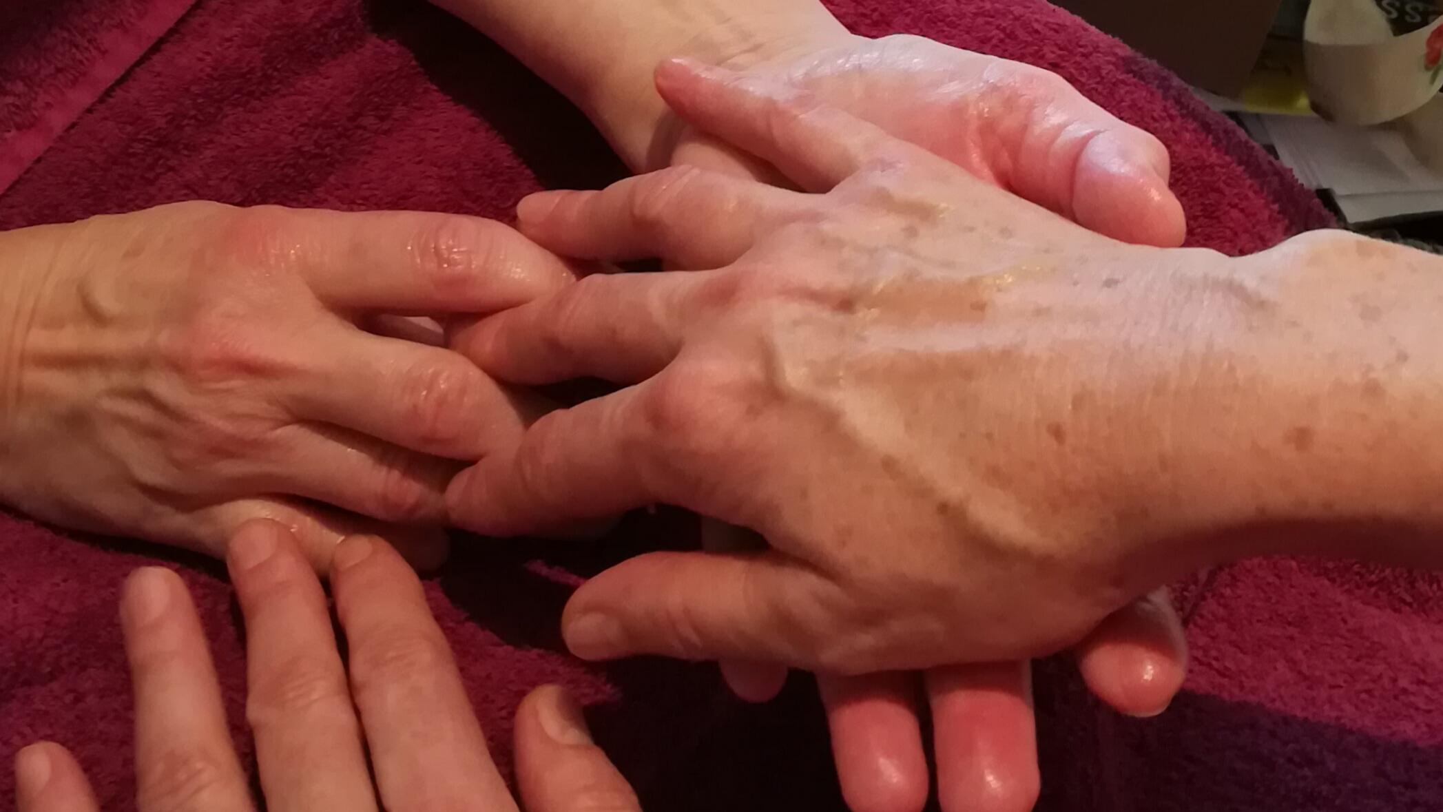 Hände, die ineinander greifen.